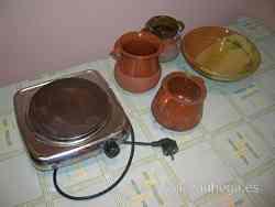 Placa eléctrica y vasijas de barro vidriado