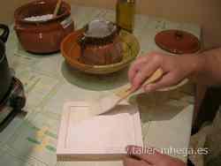 Dando una capa de yeso de dorador
