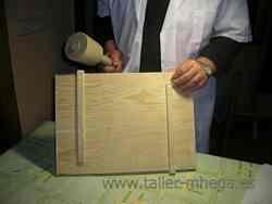 Se introducen los travesaños con la ayuda de un mazo de carpintero