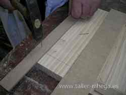 Clavando dos listones de madera para que repose con total seguridad la base de la fresadora